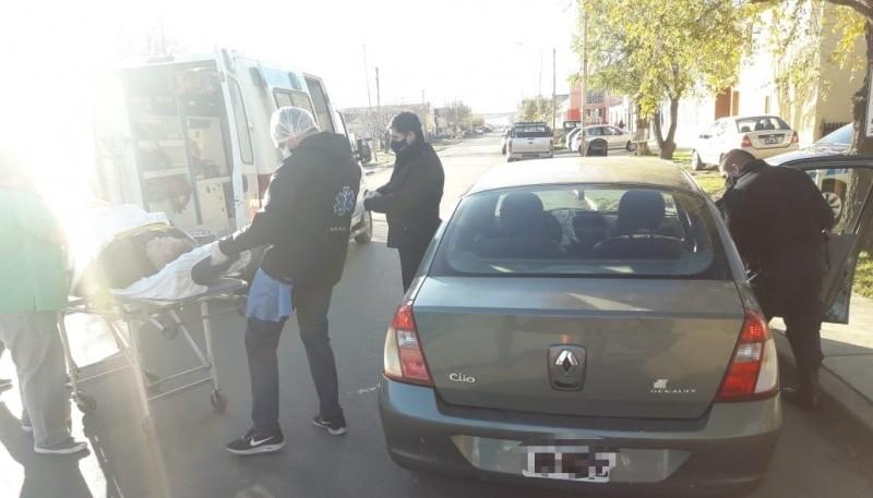 Encuentran a adulto mayor desmayado dentro de un vehículo