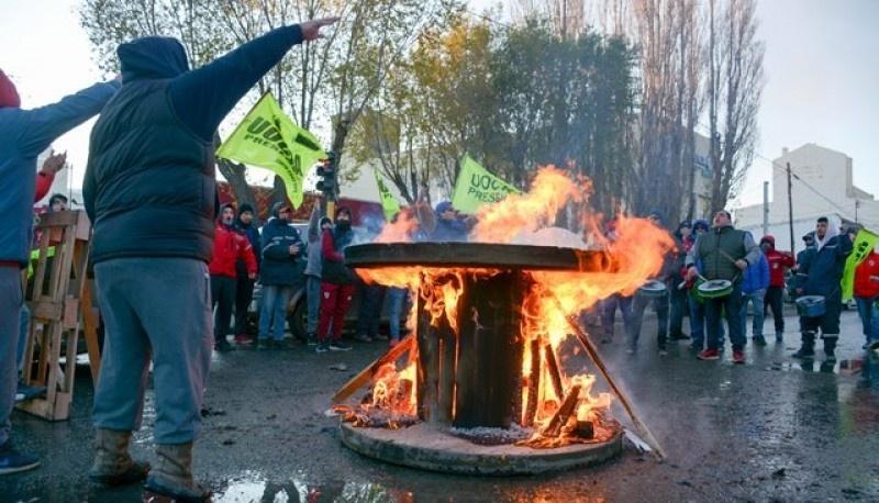 Los desocupados de la UOCRA instalaron una carpa y sigue el reclamo. (Foto: C.G.)