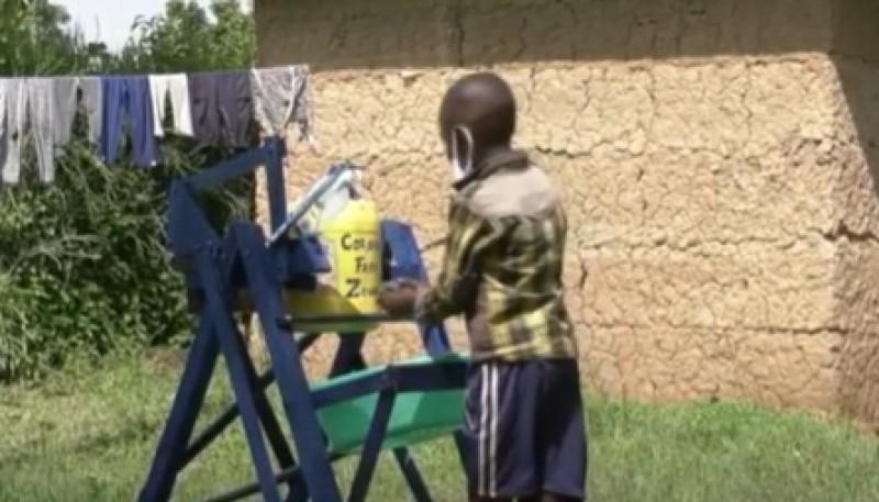Un niño de 9 años creó una novedosa máquina de madera para lavarse las manos