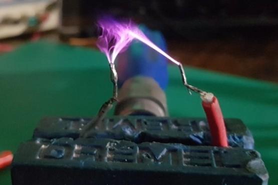 El prototipo realiza desinfección con luz ultravioleta.