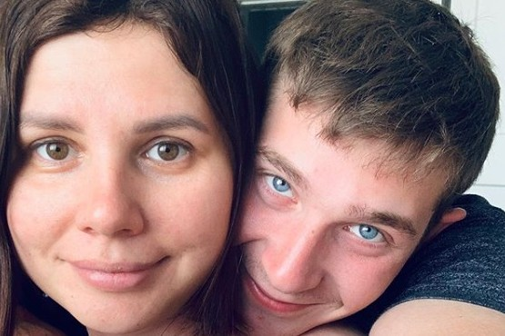 Una mujer dejó a su marido y quedó embarazada de su hijastro de 20 años