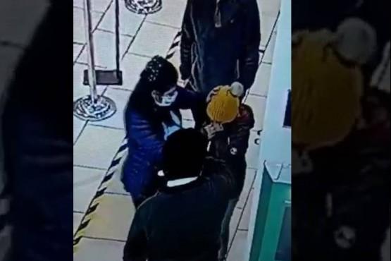 La verdadera historia del video en el que un empleado le tiró alcohol en los ojos a una nena