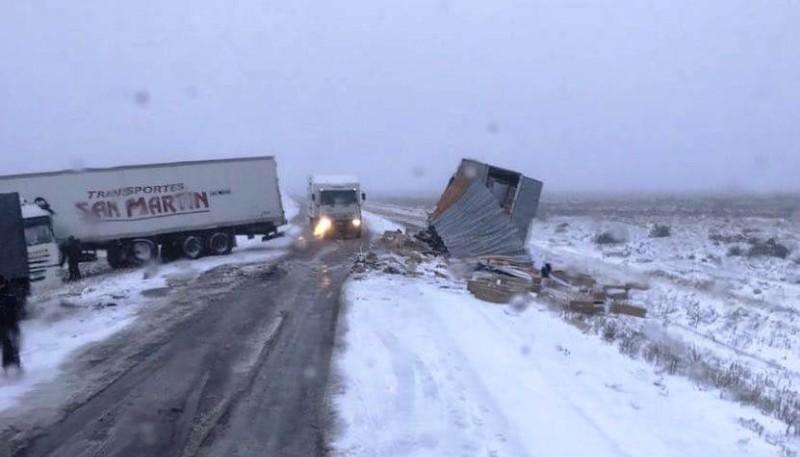 Los camiones a la vera de la ruta 3.