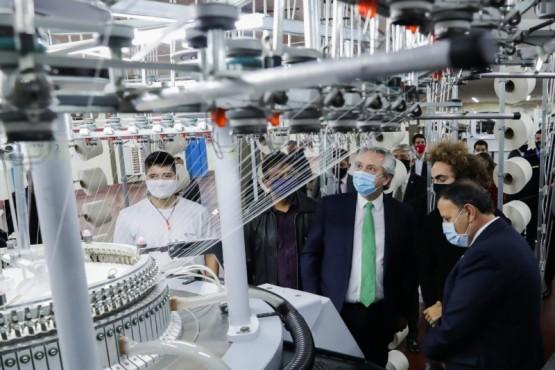 El Presidente firmó acuerdos de obras, reabrió una fábrica y ratificó su apoyo a la producción
