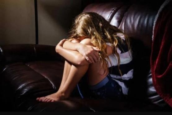 Vendió a sus hijas a un pedófilo y dejó que las abuse frente a ella