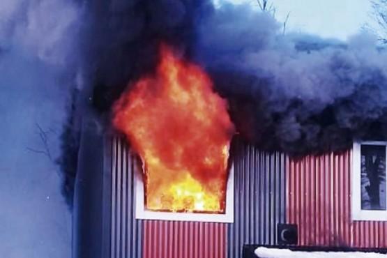 Un niño manipulando fósforos provocó incendio en una vivienda