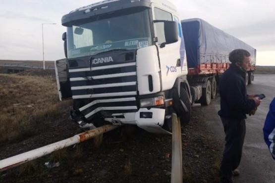 El camión impactó un poste de luz (Fotos: C.Robledo).