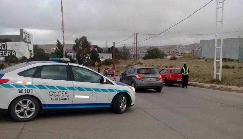 Los policías y peritos inspeccionar el lugar de la agresión.