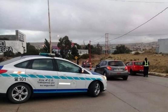 Los policías y peritos inspeccionaron el lugar de la agresión.