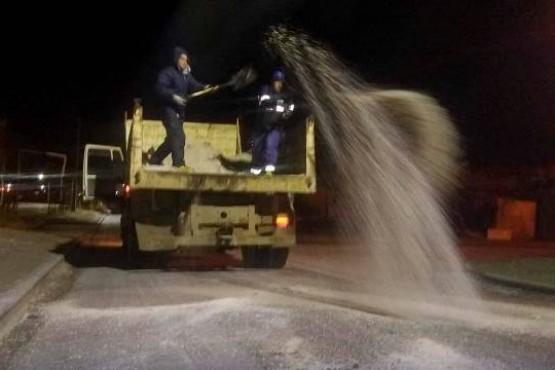 Personal municipal arrojando sal.