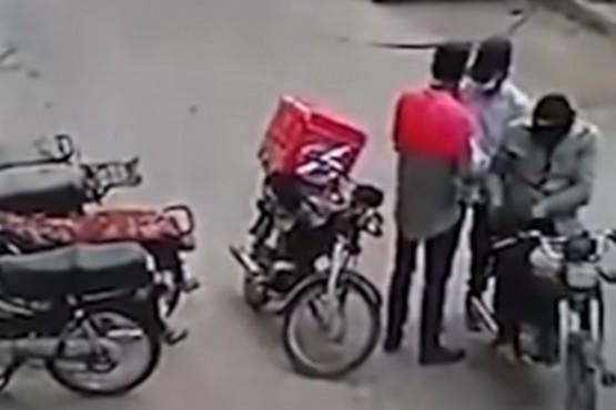 Dos ladrones abrazaron y le devolvieron sus pertenencias a un repartidor luego de que se pusiera a llorar