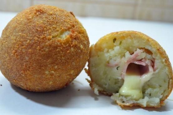 Cómo hacer bombas de papas rellenas de jamón y queso