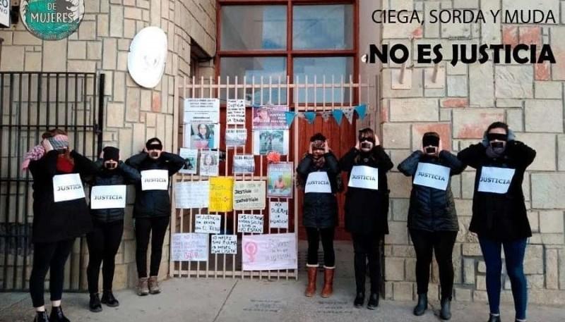 El colectivo Ola de Mujeres reclamó en el Juzgado de Instrucción. (Foto Facebook)