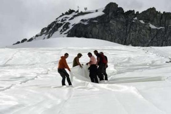 Cubren un glaciar con tela para protegerlo