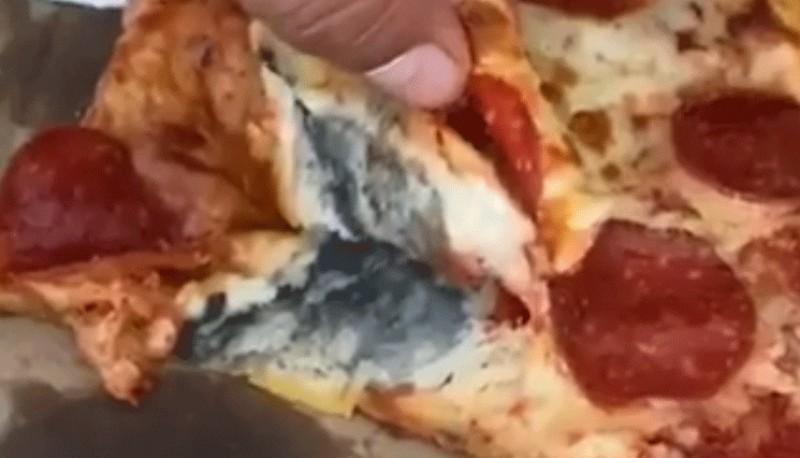 Una mujer compró una pizza, notó un gusto raro y descubrió que estaba llena de hongos