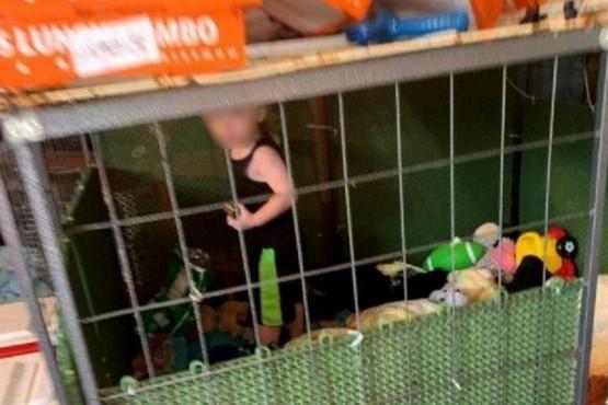 Rescataron a un nene de 18 meses que estaba encerrado en una jaula y rodeado de animales