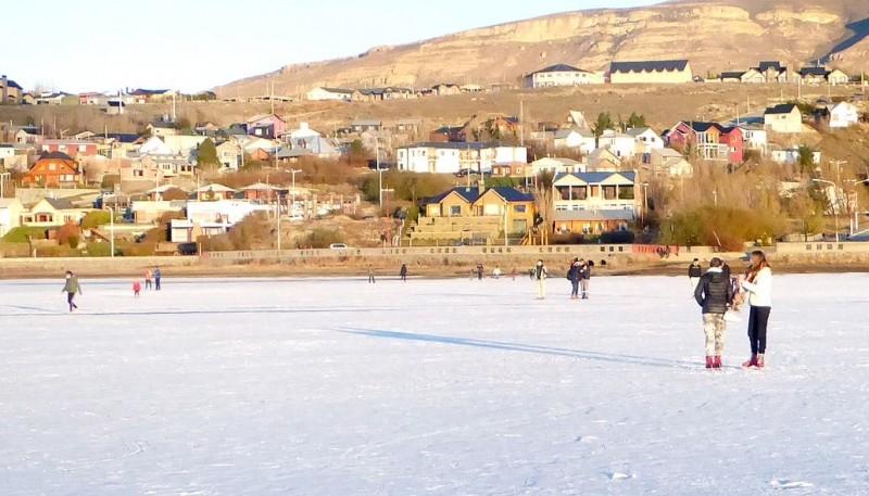 La gente volvió a patinar en El Calafate.