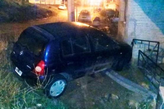 El auto tiró una especie de portón y terminó contra la pared de la casa.