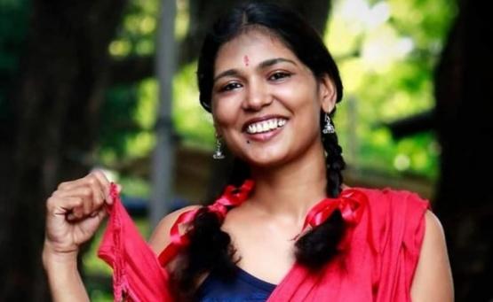 Arrestan a una activista india por permitir a sus hijos pintar sobre su cuerpo semidesnudo