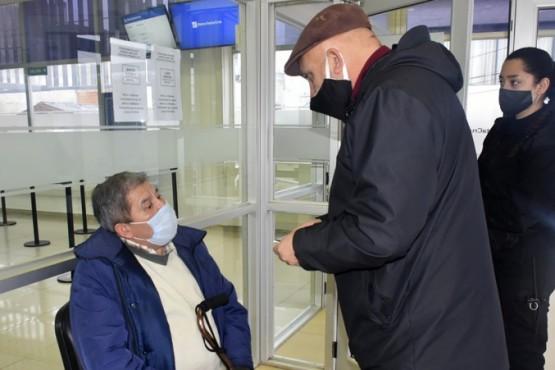 Provincia y Municipio asistieron a los jubilados en los bancos