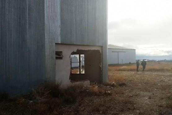 A mazazos rompieron una pared para robar en predio de Austral Construcciones