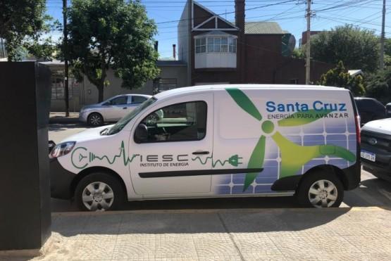 El automóvil se encuentra fuera del Instituto de Energía en calle C. Rivadavia.