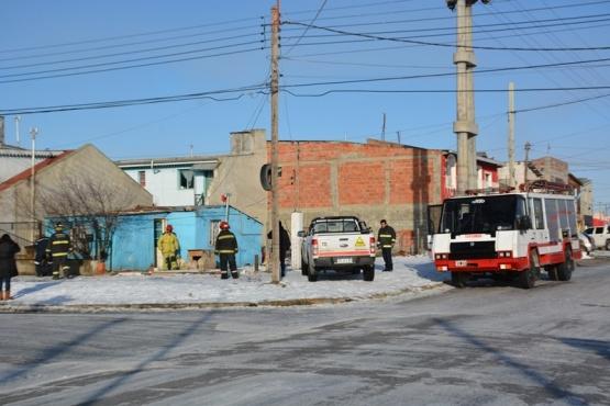 Bomberos y personal de Camuzzi trabajaron en la casa. (Foto: C.R.)