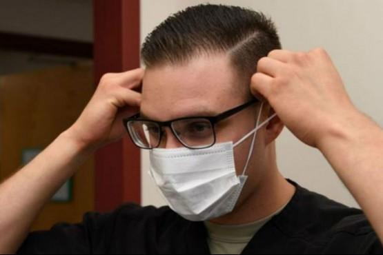 Tres trucos para que no se empañen tus lentes al usar el barbijo