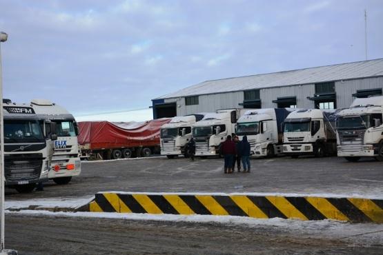 Otro día con largas filas de camiones en la aduana local (C.R)