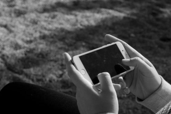 Una mujer estranguló a su hijo porque jugaba con el teléfono hasta altas horas de la noche
