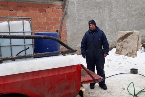 Juan Romero carga agua en su camioneta y se la acerca a domicilio a los vecinos.