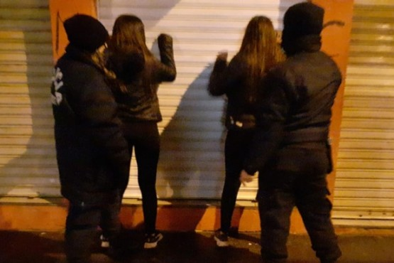 Las jovenes fueron interceptadas con barreta y cuchillos.