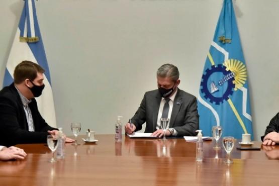 Arcioni encabezó firma de convenio para proveer mayor conectividad de internet a Rawson