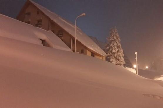 Por la nieve, deben cavar túneles para salir de sus casas