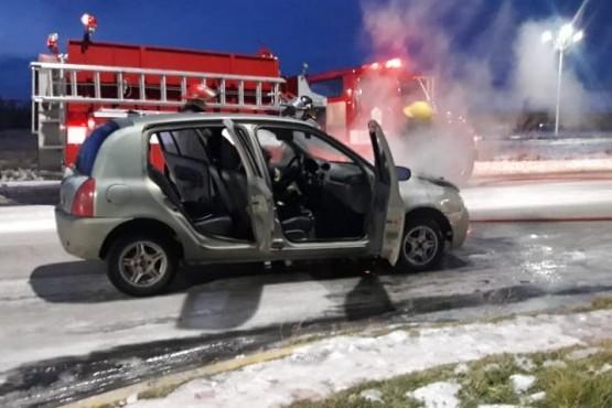 Cortocircuito en el motor provocó un incendio en un auto