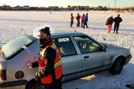 El coche tiraba a otro sujeto que tenía unos esquíes. (C. G)