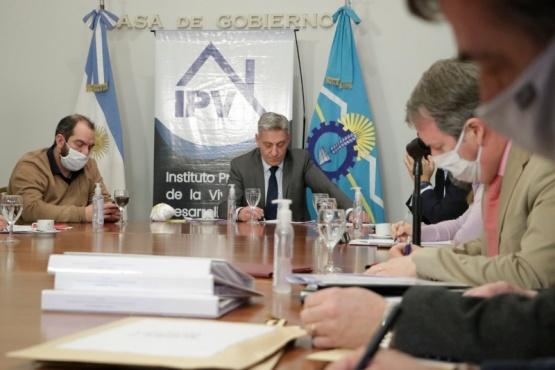 Arcioni y Luque presidieron la licitación de obras para viviendas de emergencia aluvional