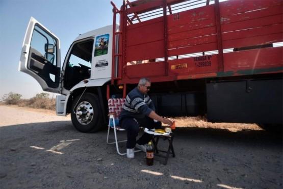 Es camionero y desde hace un mes no lo dejan ingresar a su pueblo por miedo al coronavirus