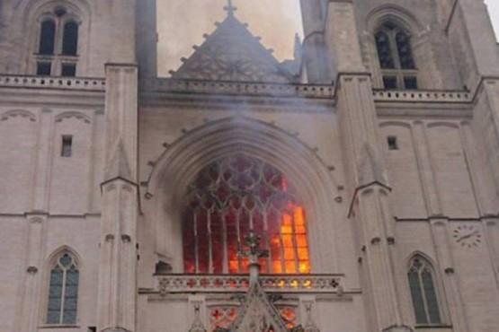 Un incendio afectó a la catedral de Nantes