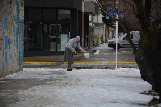 Foto viral: Monjita del IMA salió a quitar la nieve de la vereda (C.R)