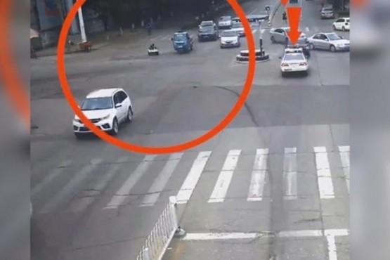 Dos hermanitos pasearon por la calle en su auto de juguete