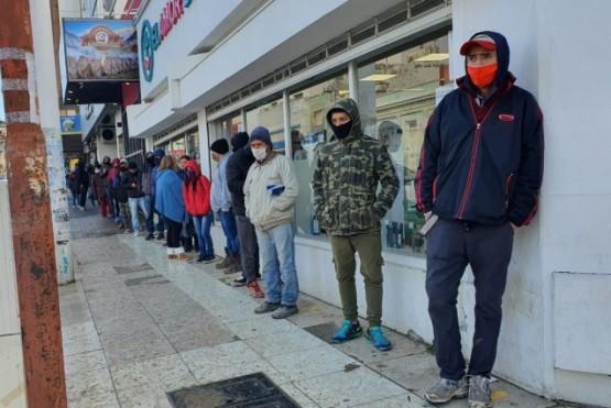 La fila con cientos de personas.