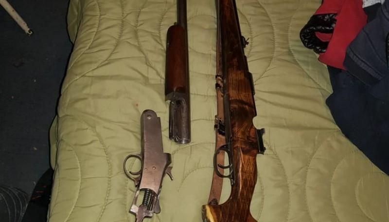 Allanan una vivienda y secuestran cinco armas de fuego