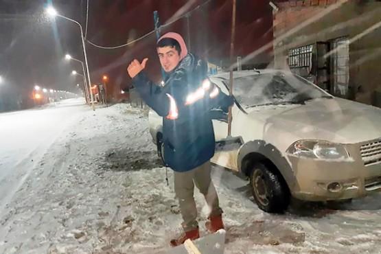 Adrián trabaja en la fría noche de Río Gallegos