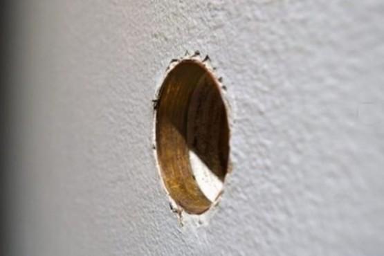 Coronavirus: Autoridades aconsejan tener sexo a través de paredes con agujeros