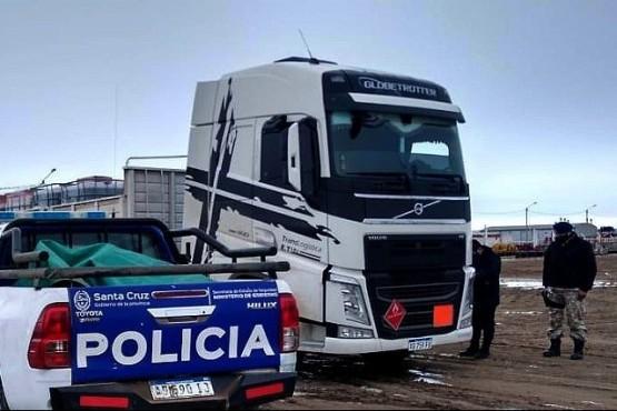 La policía interceptó un camión por ruta no habilitada