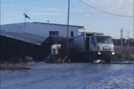 Camión recolector chocó marcha atrás contra una casa
