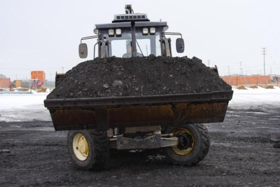 Llegaron 60 toneladas de carbón y ya están siendo distribuidas a los vecinos