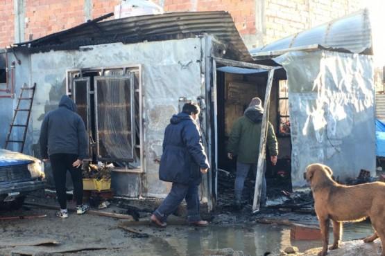 Una pareja y su niña lograron salir del incendio total de su casa