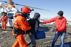 Evacuaron en helicóptero a cuatro personas más que estaban aisladas por el temporal de nieve en Colonia Cushamen